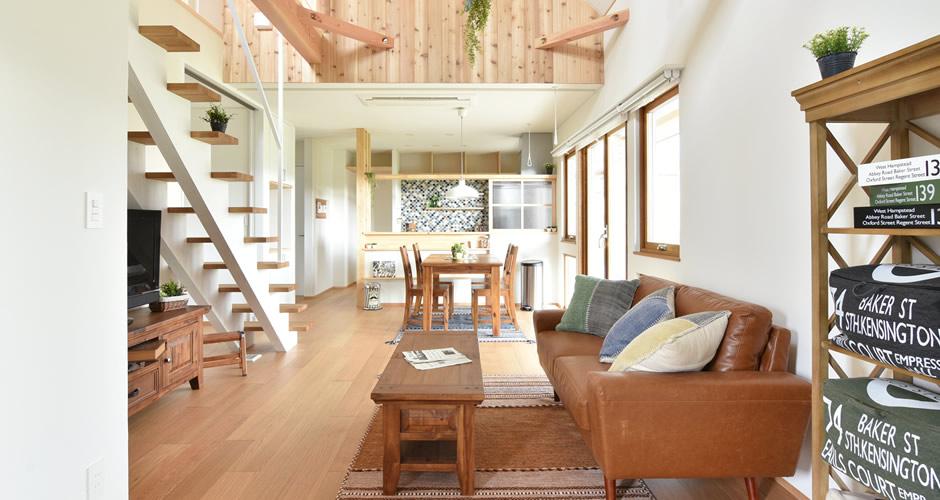 木製サッシと暖炉のある家